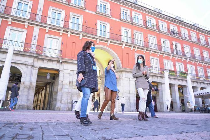 La vicealcaldesa, Begoña Villacís, y la concejala delegada de Turismo, Almudena Maíllo, en una visita de apoyo a los guías turísticos de Madrid.