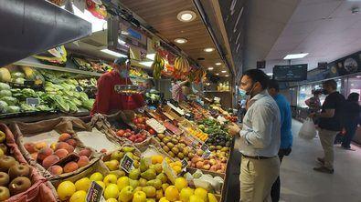 Ángel Niño recorrió los puestos del mercado de Las Ventas