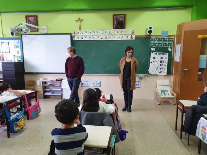 Maíllo visita el centro educativo concertado Sagrada Familia, de el distrito de Moratalaz
