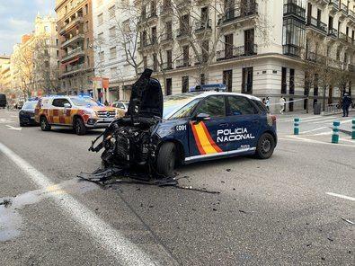 A consecuencia de la persecución, se han visto implicados un motorista, que ha acabado colisionando contra otro vehículo que estaba parado. Samur ha atendido a tres personas heridas leves.
