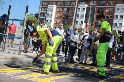 Almeida asistió a la 'pintada' del primer carril bus provisional de la red de 45 kilómetros en la plaza Juan Zorrilla.