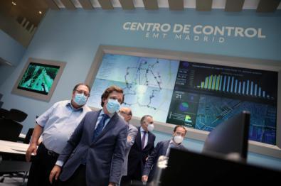 El alcalde, en el renovado centro de control de la EMT