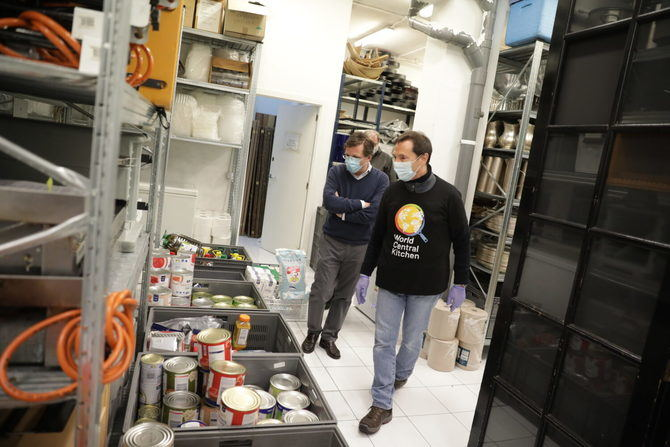 La ONG del chef José Andrés, World Central Kitchen, y el grupo de restauración Larrumba preparan comida para personal sanitario.