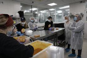 Almeida visita una de las cocinas solidarias del proyecto 'Madrid cuida a quien te cuida'