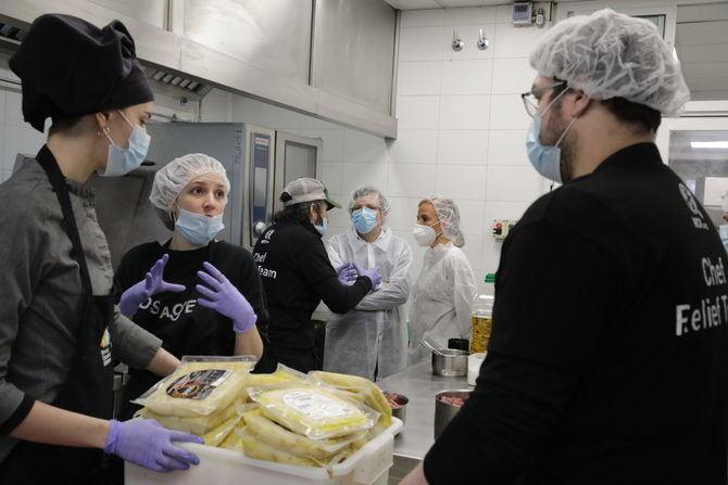 Todos estos menús se realizan con la colaboración de cerca de 100 voluntarios que trabajan todos los días de la semana para que la comida llegue a sus destinatarios.