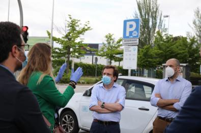El alcalde, José Luis Martínez-Almeida, y el concejal de Medio Ambiente y Movilidad, visitan las plazas reservadas para vehículos compartidos.