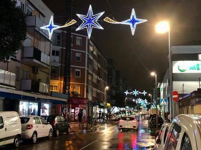 El eje comercial del Camino Viejo de Leganés, en Carabanchel, ha sido el escenario protagonista en el distrito desde el que el concejal de Carabanchel, Álvaro González, encendido la Navidad el pasado viernes por la tarde.