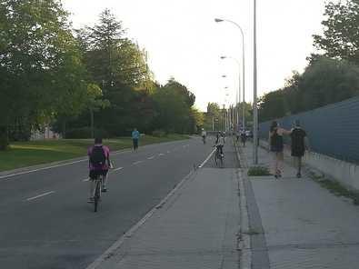 El PSOE de Barajas propone reservar carriles peatonales en la avenida de Logroño.