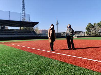 La delegada de Obras, Paloma García Romero, acompañada de la concejala de Moratalaz, Almudena Maíllo, ha visitado el campo de béisbol de La Elipa, cuya reforma integral ha concluido recientemente.