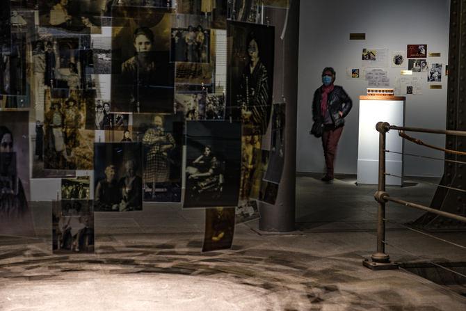 La exposición se desarrolla en cinco espacios temáticos con cinco utopías vividas por mujeres arriesgadas, inteligentes y transgresoras.