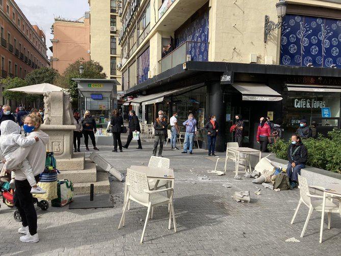El comportamiento vandálico de unos individuos la noche del pasado viernes es el origen de los importantes destrozos en el Cruceiro situado en la plaza de Jacinto Benavente.