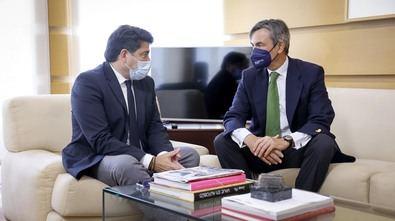 """David Pérez, en una reunión con el presidente de Distrito Castellana Norte, Álvaro Aresti, ha abordado las actuaciones que Gobierno regional va a acometer para """"estructurar una extensa red de transporte público"""" en la zona."""