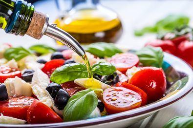 Si seguimos la dieta Mediterránea, con la ingesta de frutas y verduras, aportamos vitaminas, minerales, antioxidantes, así como agua y fibra, no deberíamos tener ningún déficit de nutrientes.