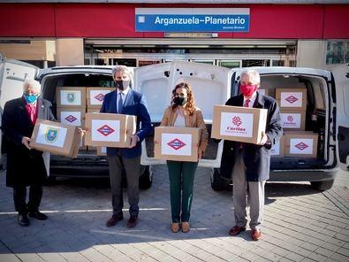 El consejero de Transportes, Movilidad e Infraestructuras del Gobierno regional, Ángel Garrido, ha hecho entrega este miércoles de parte de esta donación en la estación Arganzuela-Planetario.