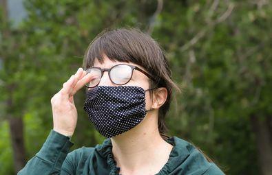 Los ópticos-optometristas advierten del peligro de llevar las gafas empañadas de vaho, algo común con el uso de mascarilla, ya que supone un riesgo de accidente.