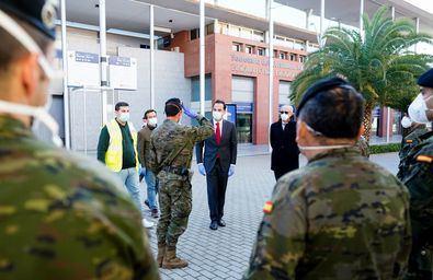 Instituciones como el Ejército y distintas empresas colaboran con la Comunidad de Madrid e IFEMA en cuestiones como la instalación de los tanques de oxígeno o donando la ropa de cama necesaria.