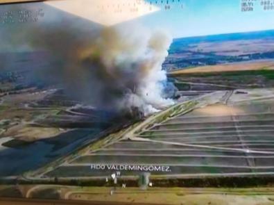 La columna de humo que salía de Valdemingómez alarmó a los vecinos del entorno.