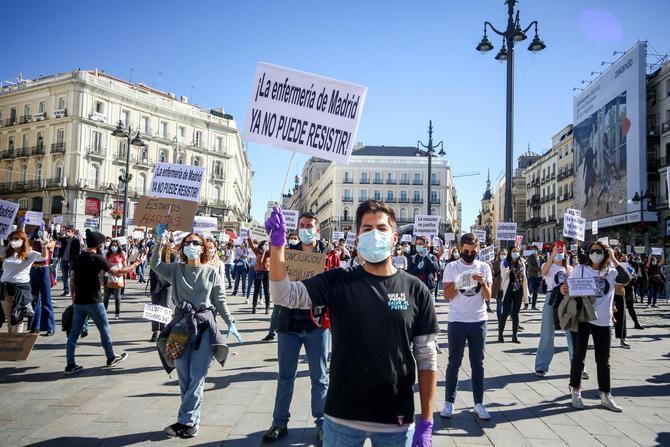La concentración ha sido convocada por la plataforma Enfermería de Madrid Unida (EMU), un movimiento profesional independiente, que asegura que representa a miles de enfermeras de la región.