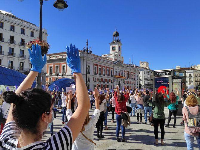 La protesta empezó a las 12.00 horas y ha durado algo más de media hora. Los manifestantes, la gran mayoría enfermeros, se han colocado parados, con mascarilla y sujetando pancartas a un metro y medio de distancia respecto a otra persona.
