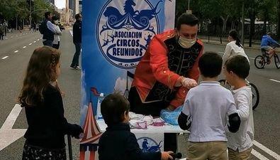 Los voluntarios de Circos Reunidos reparten mascarillas infantiles.