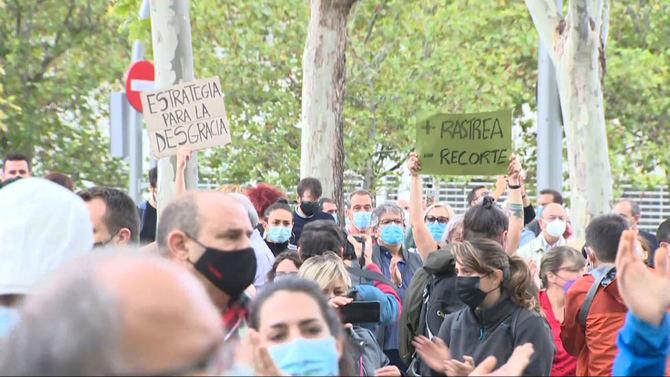 Vecinos de las áreas que experimentarán restricciones a la movilidad desde este lunes, con el objetivo de frenar la pandemia en la Comunidad de Madrid, se han concentrado este domingo 'por la dignidad del sur', contra los 'confinamientos segregadores'.