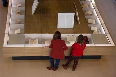 La exposición 'Tan sabia como valerosa' reúne manuscritos, libros impresos y documentos originales de una veintena de autoras en lengua española de los siglos XVI y XVII, 'muchas de ellas silenciadas'.
