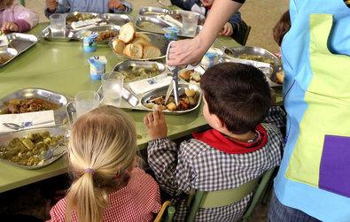 Turnos de comida, grupos burbuja, separación física, puestos fijos para cada alumno, aulas convertidas en comedor, limpieza extrema, monitores con bata, gorro, mascarilla y pantalla... Comer en el cole va a ser diferente.