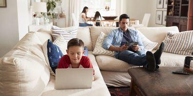 La utilización de videojuegos, pese a que sirven para ejercitar y ampliar las habilidades visuales y cerebrales, no debe prolongarse durante más de 15 minutos consecutivos sin descansos.