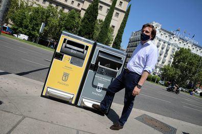 El alcalde presentó las nuevas papeleras inteligentes que se repartirán por todo Madrid.