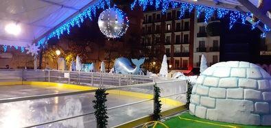 Los 'coles' patinan gratis sobre hielo, en Centro