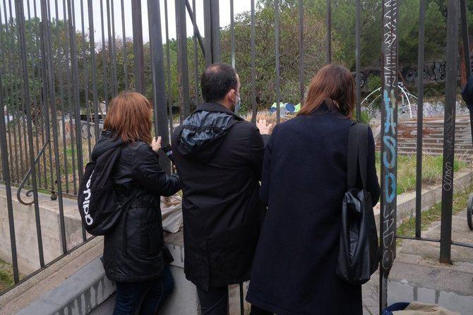 La portavoz de Más Madrid, Rita Maestre, el concejal de Más Madrid en Retiro, Nacho Murgui, y la portavoz de Deportes de Más Madrid, Mar Barberán, durante su visita a las obras de la futura pista de hockey en Retiro.