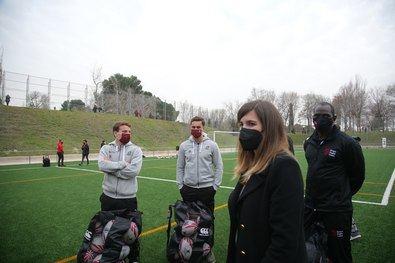 Sofía Miranda, concejala delegada de Deporte, en el encuentro entre los menores de la Escuela Municipal de Rugby Vallecas Rugby Unión y los jugadores internacionales.