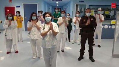 El personal sanitario agradece la colaboración ciudadana también aplaudiendo.