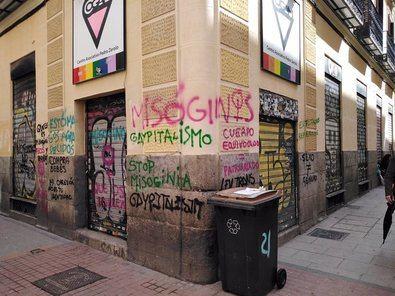 Entre las acusaciones pintadas en la fachada del Centro Asociativo Pedro Zerolo, en el madrileño barrio de Chueca, se encontraban las de 'Explotadores reproductivos', 'Compra bebés', 'Ley Trans es misoginia y capitalismo' junto a la firma 'Rad Fem'.