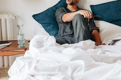 Entre la lista de factores a eliminar para conseguir un buen descanso, se encuentran desde evitar los espacios desordenados, prescindir de los estimulantes durante las horas previas al sueño como el café, el té o el chocolate o a evitar cualquier sobreexposición a la luz.
