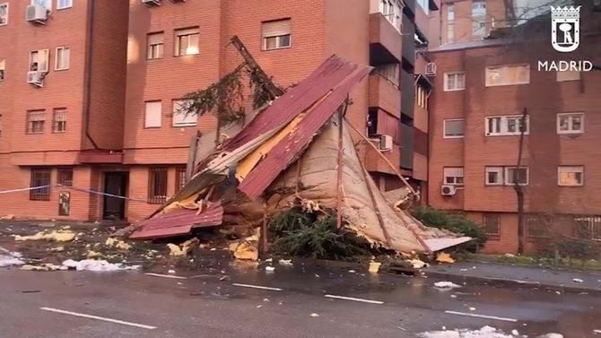Las dos faldones superiores, de 200 metros, de este inmueble, situado en el 12 de la calle de Enrique García Álvarez, en el barrio de Santa Eugenia, se han desprendido minutos antes de las 7.00 horas de este viernes.