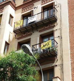 Los residentes en las calles más afectadas han comenzado una campaña de protesta desde sus ventanas y balcones, mediante la colocación de pancartas pidiendo soluciones.