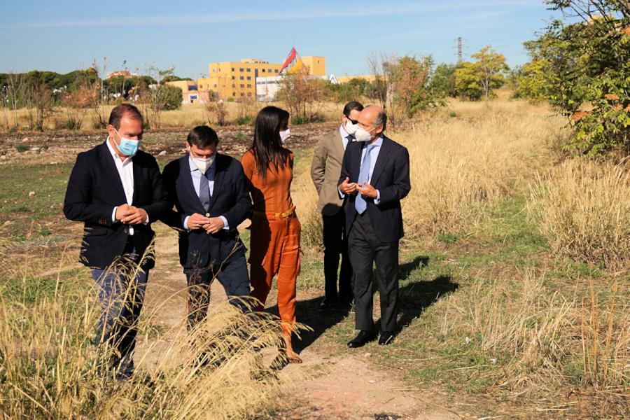 Villacís visitó los terrenos de la antigua Cárcel de Carabanchel con el delegado de Desarrollo Urbano, Mariano Fuentes.