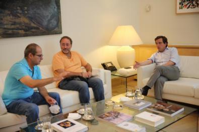 Vicente Pérez Quintana y Quique Villalobos, de la Fravm, se reunieron con el alcalde.