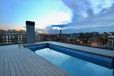 La incertidumbre generada alrededor de los desplazamientos a lugares turísticos, el uso de las piscinas públicas y los accesos a las playas durante este verano ha incrementado el interés por las viviendas con piscina comunitaria.