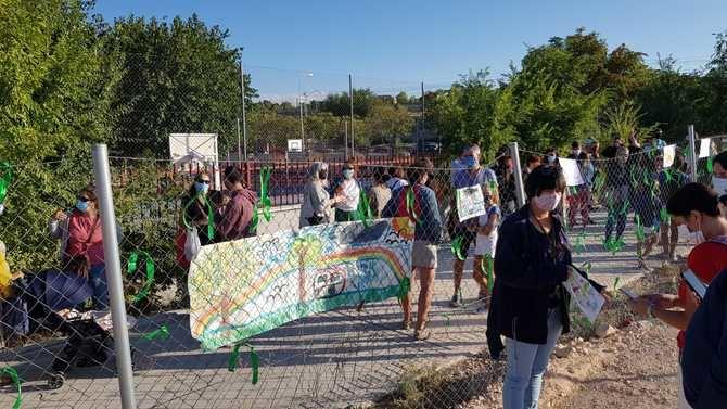 Los padres colocaron lazos verdes y dibujos infantiles para protestar contra el aparcamiento.
